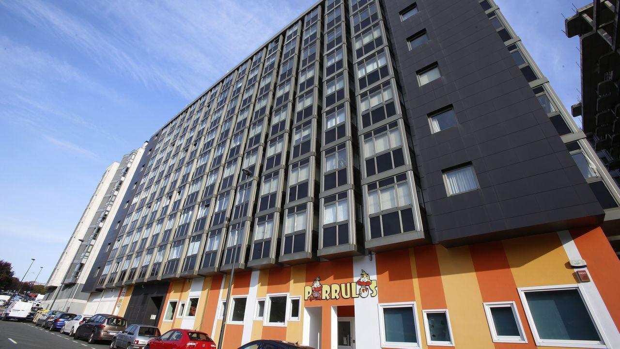 Frente al parque de Vioño, en este edificio se venden cuatro pisos. Dos de ellos con dos habitaciones y otros tantos con tres