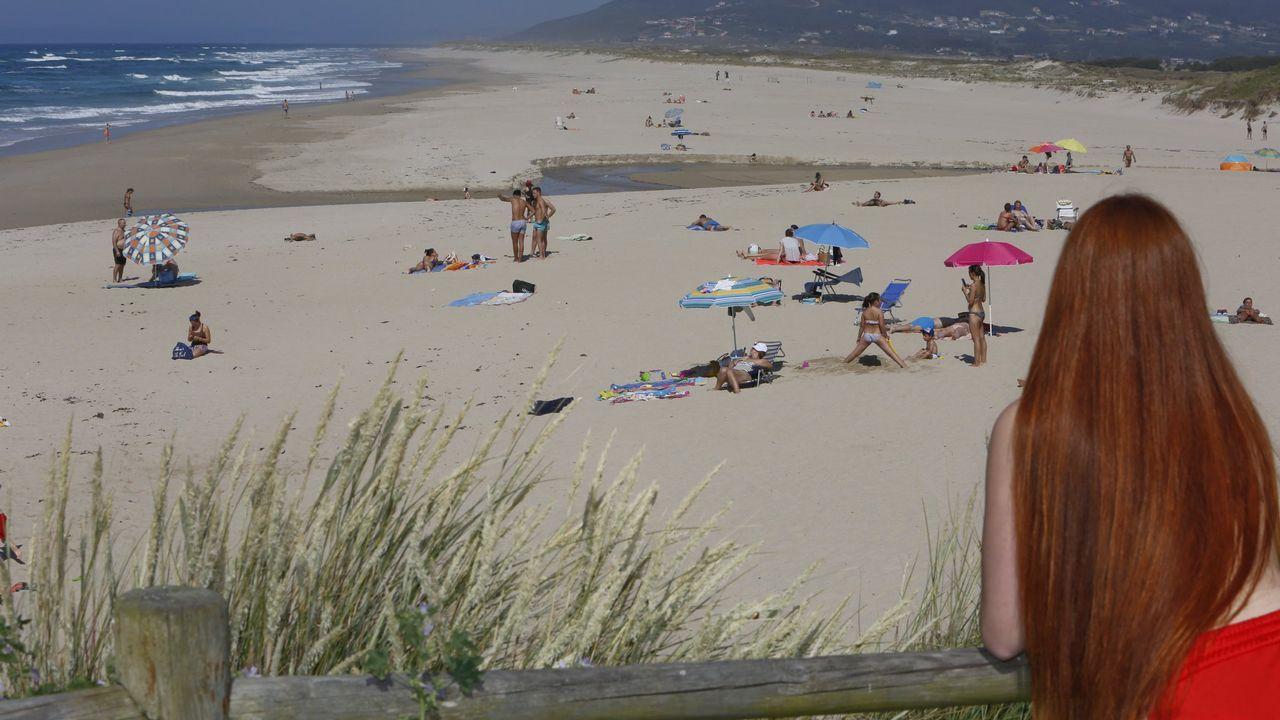 Bañistas en la playa de Razo