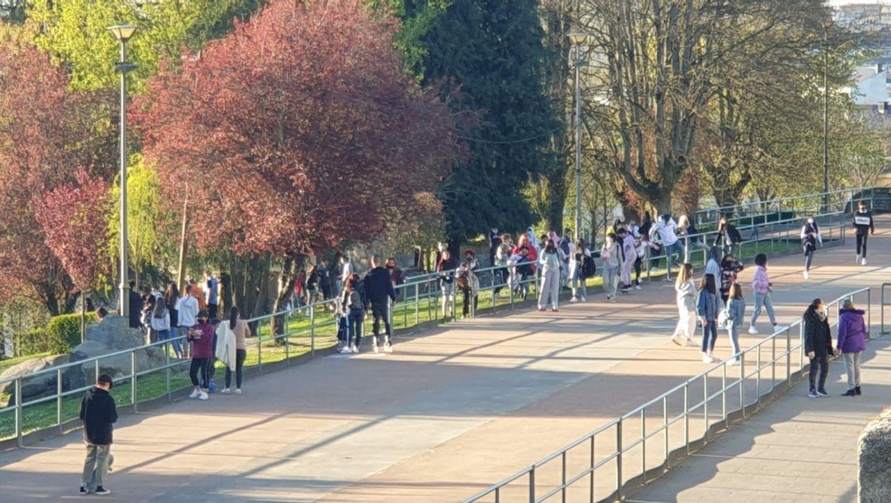 Detienen a un joven que estaba haciendo botellón en el Parque Rosalía.Jóvenes reunidos en el parque Rosalía de Castro