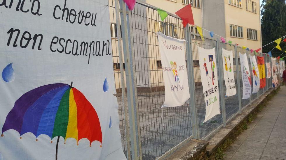 Mensajes de ánimo en la puerta del colegio Frei Luis de Granada, en Sarria