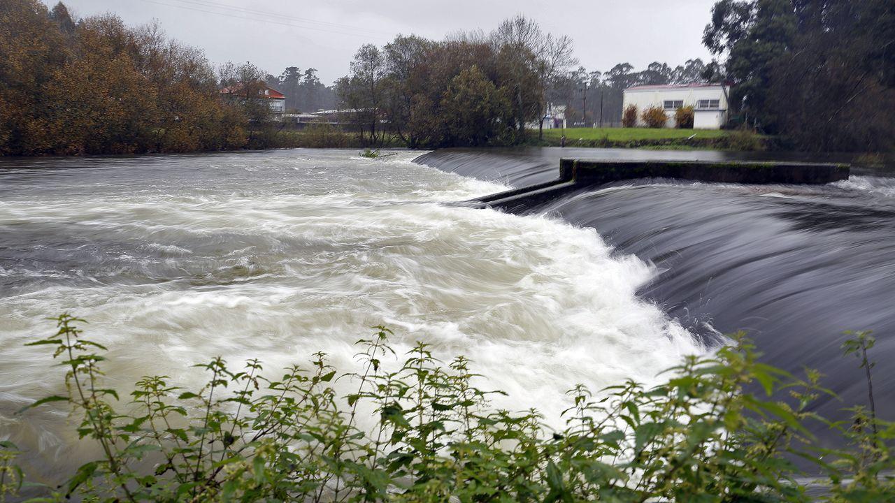 El río Umia baja al límite de su caudal