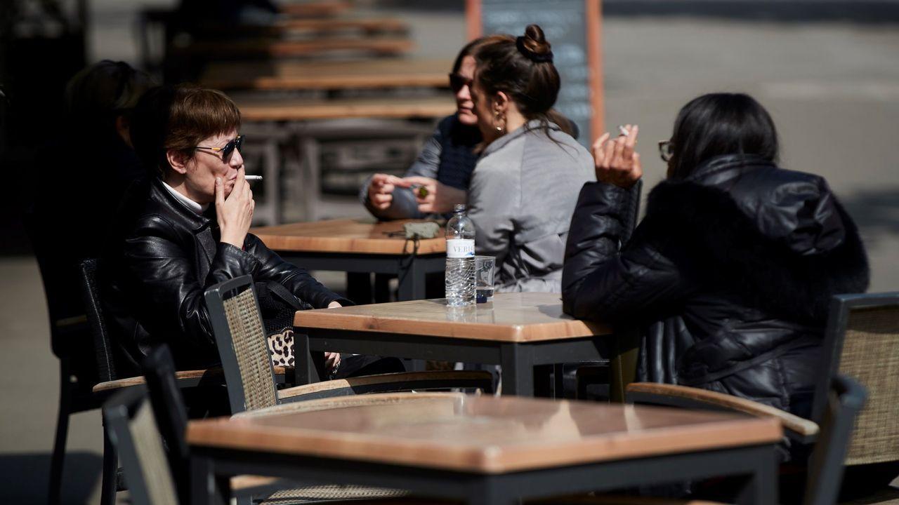 Un grupo de jóvenes, en una terraza en el centro de A Coruña