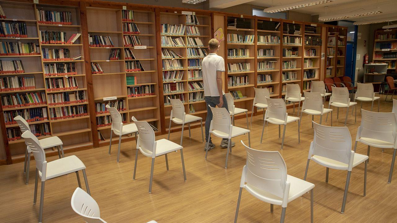 «Distancia de seguridad». En el salón de actos y biblioteca del CIFP Coroso ya se han separado las sillas y ganado espacio para alojar a alumnos durante el recreo y así evitar aglomeraciones