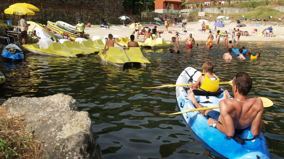 Bañistas en la playa fluvial de A Cova, en O Saviñao, Ribeira Sacra