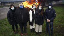 Un grupo de trabajadores y antiguos trabajadores del laboratorio de la fábrica de aluminio de San Cibrao, en la protesta de este jueves