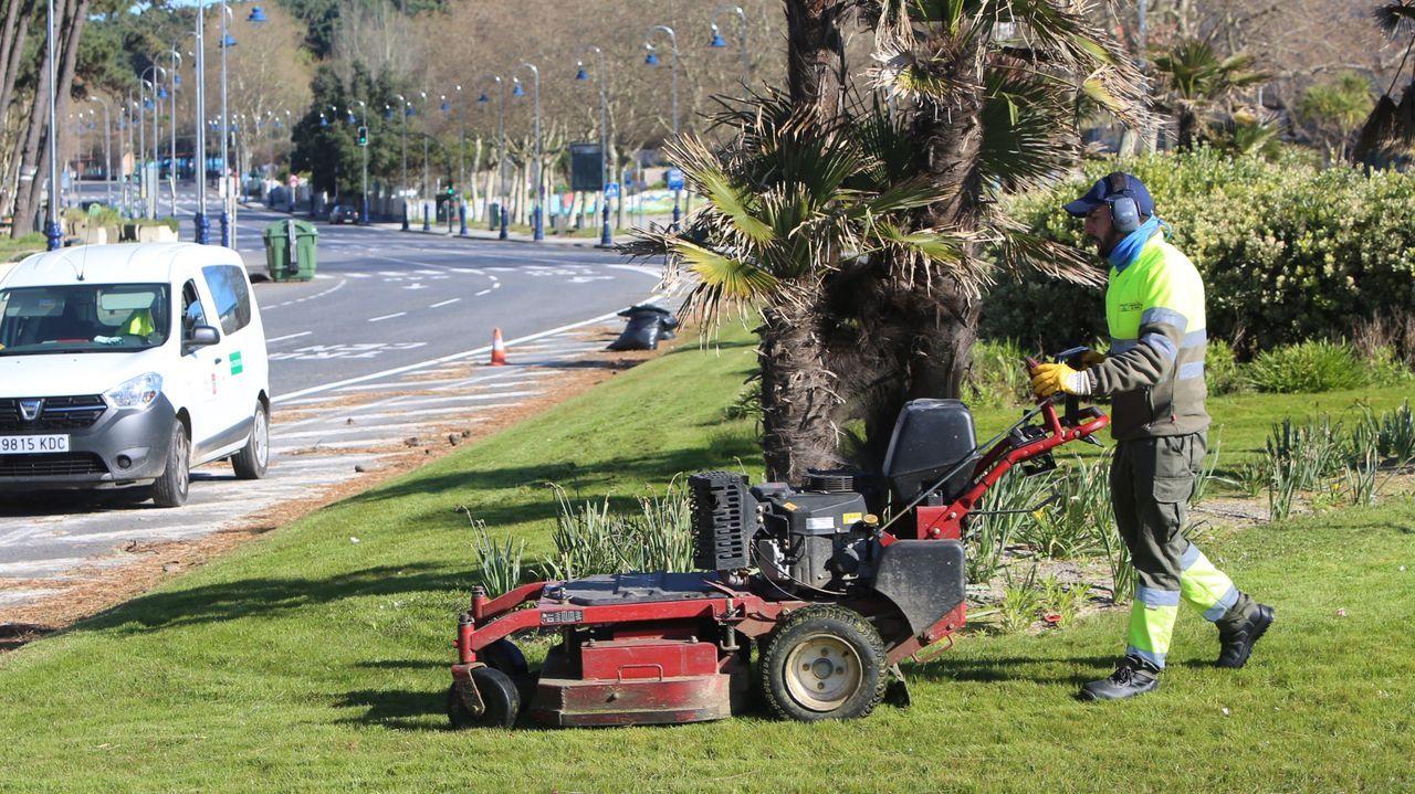 Trabajadores de jardines en la playa de Samil, en Vigo