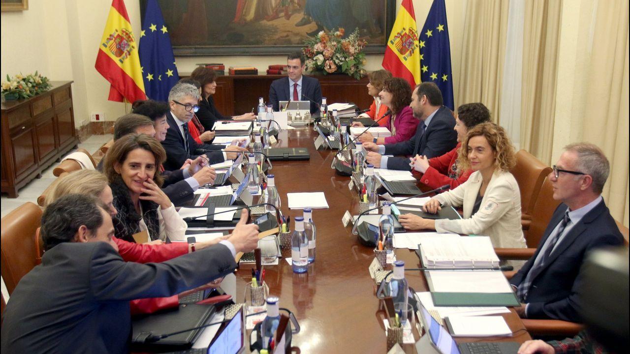 Susana Díaz no se plantea dimitir.Feijoo saluda a Pablo Casado