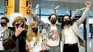 Los miembros del grupo de rock Maneskin, a su llega a Roma con el micrófono de cristal, el trofeo de Eurovisión