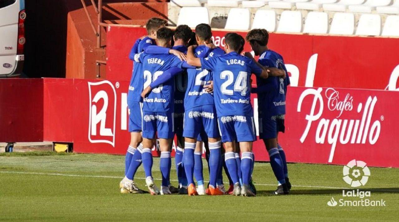 Los jugadores del Oviedo celebran el tanto de Arribas en Albacete