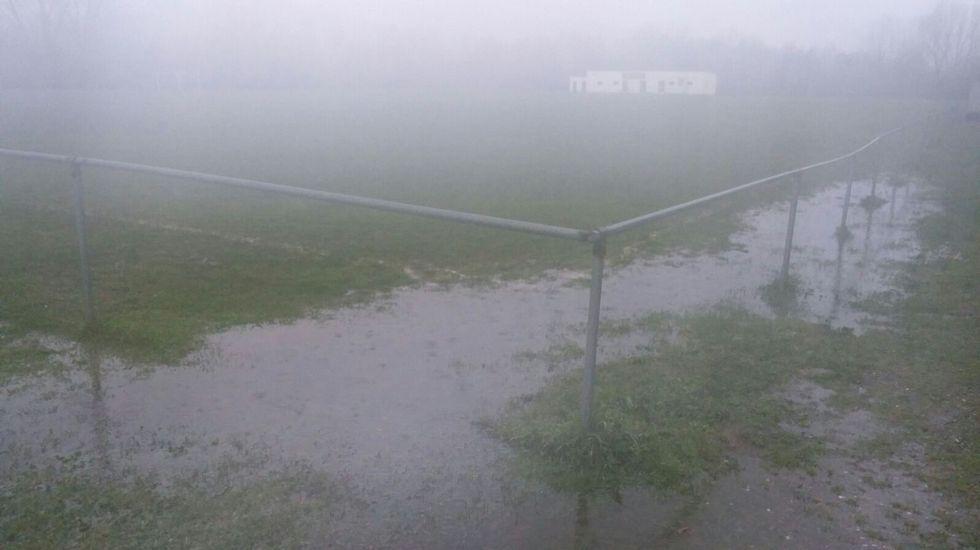 Campo de fútbol encharcado en Monforte.