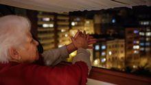 Toda Galicia sale a la ventana para aplaudir a sus sanitarios