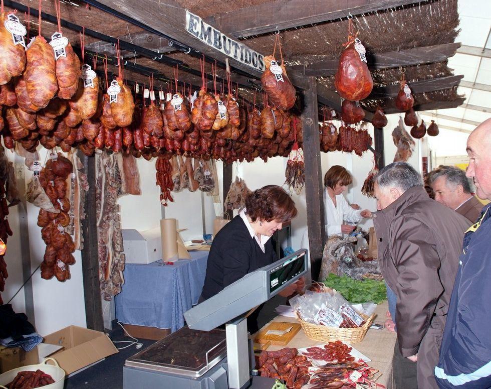 La provincia, entre el sol y la niebla.Dora Cabaleiro, a la derecha, y su hija Laura, con alimentos ecológicos que venden los martes en el Mercado da Terra de Lugo.