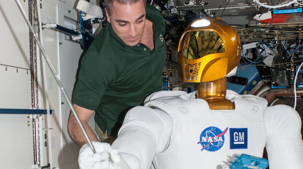 O astronauta da NASA Chris Cassidy traballa na estación espacial internacional co Robonaut 2
