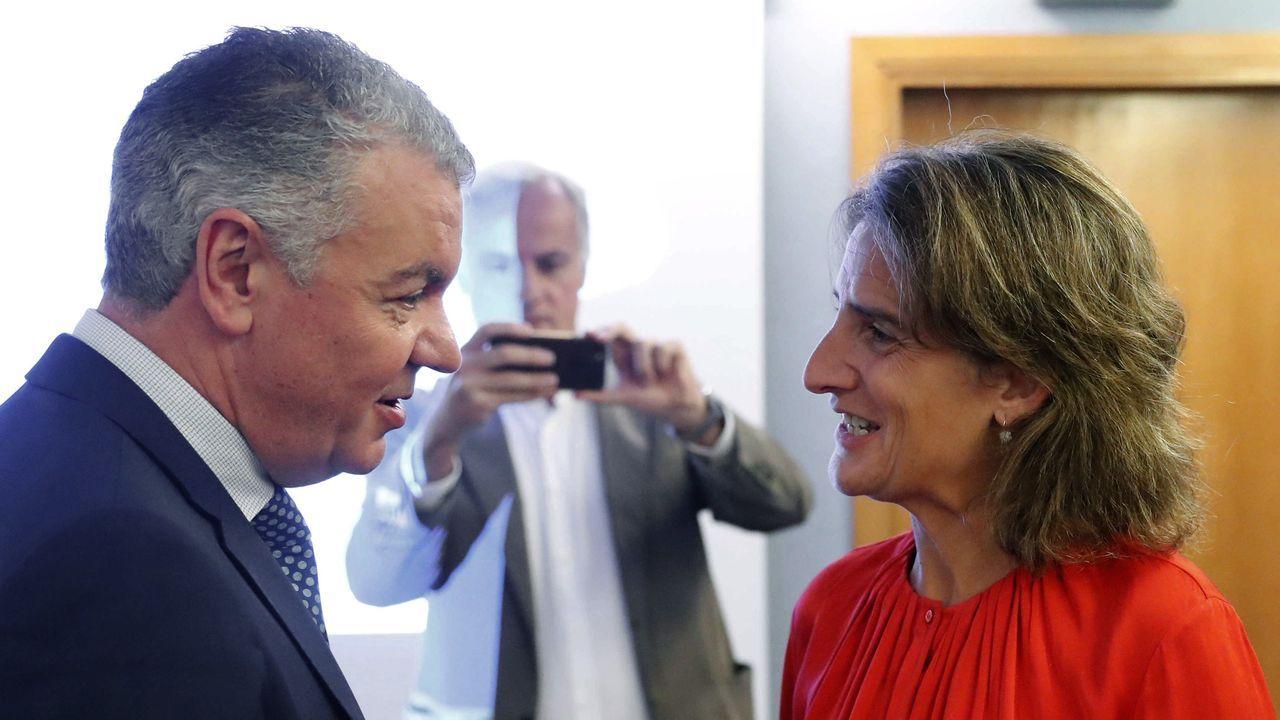 Así fue la inauguración de la barbería LG en Rianxo.La ministra para la Transición Ecológica en funciones, Teresa Ribera, y el presidente de la Federación Asturiana de Empresarios (FADE), Belarmino Feito,