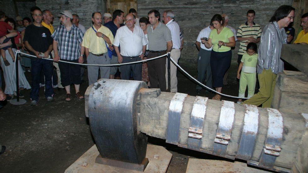 Visitantes ante el gran mazo hidráulico de la ferrería en una de las escasas ocasiones en las que se han realizado visitas guiadas en el histórico edificio