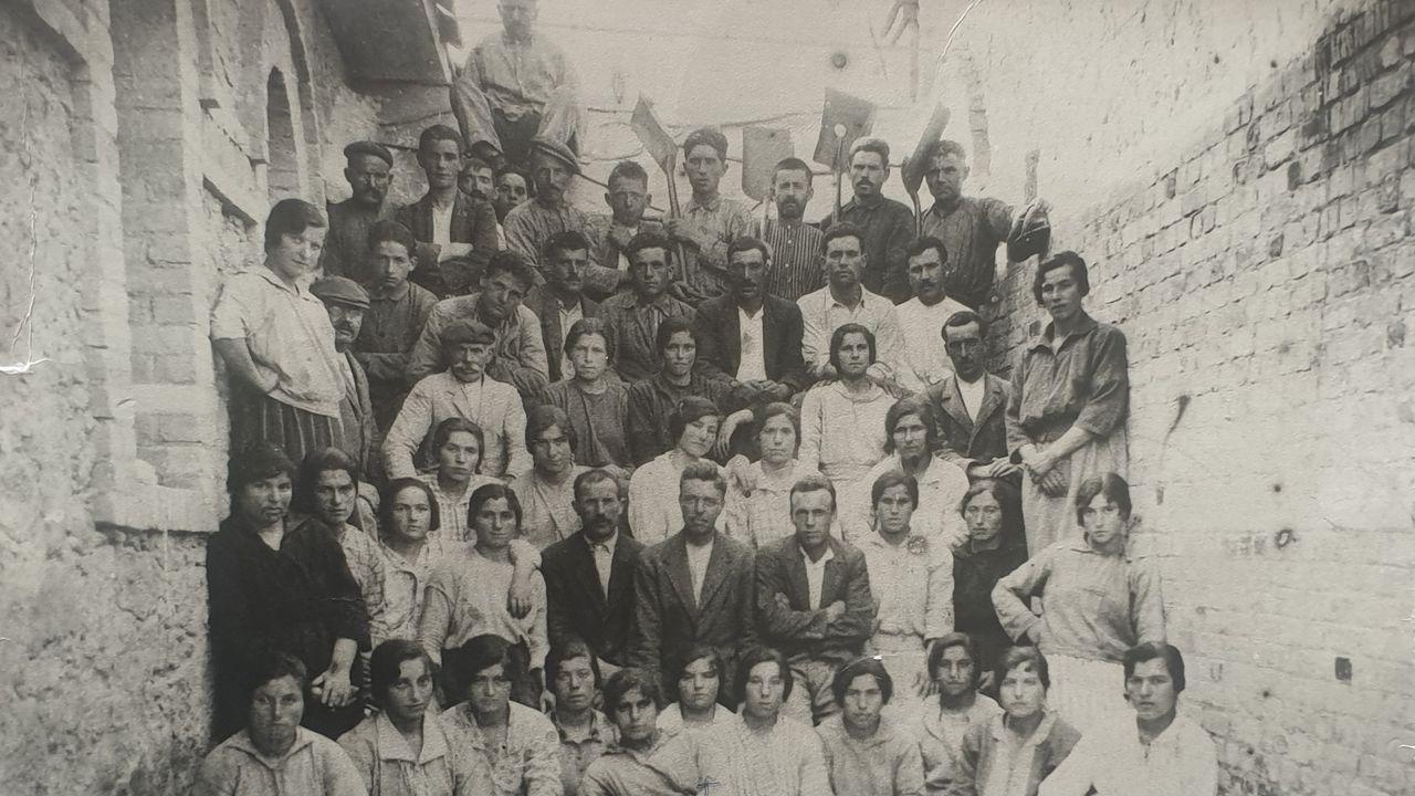 Foto de la plantilla. Sexto por la izquierda, en la primera fila de pie, Ramón Farré