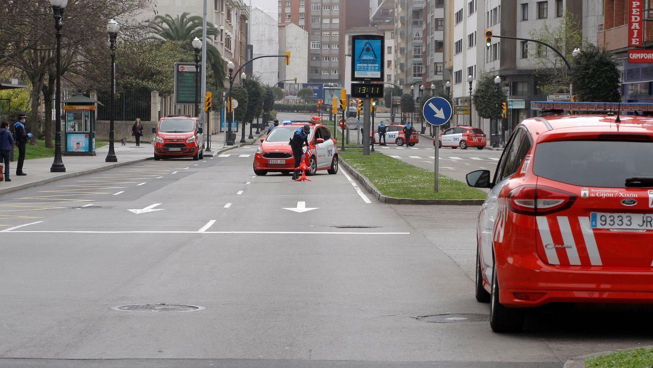 La hostelería pontevedresa clama por las ayudas.La Policía Local de Gijón controla las calles