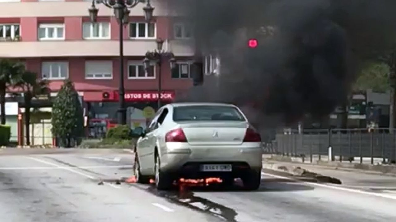 Un coche ardiendo, en el acceso a Oviedo desde la autopista «Y»