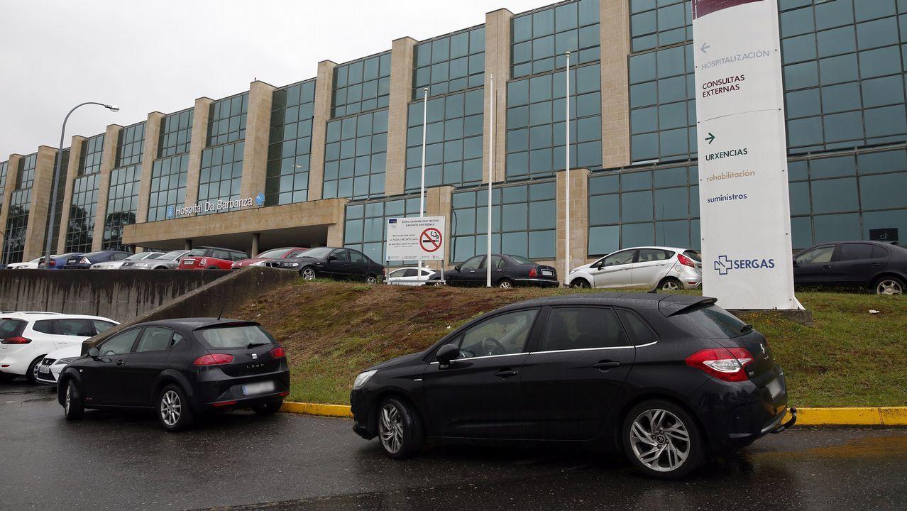 Chequeo en el Hospital del Barbanza.José Ramón Calvo entrega las protecciones al alcalde de Boiro, José Ramón Romero