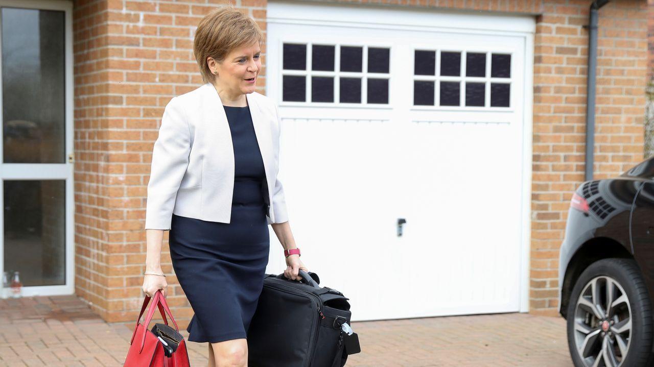 La vida de Felipe de Edimburgo, en imágenes.La ministra principal de Escocia, Nicola Sturgeon, a su salida este lunes de su casa en Glasgow