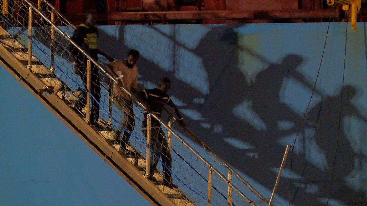 Momento en que desembarcan en Sicilia los migrantes rescatados por el Alexander Maersk