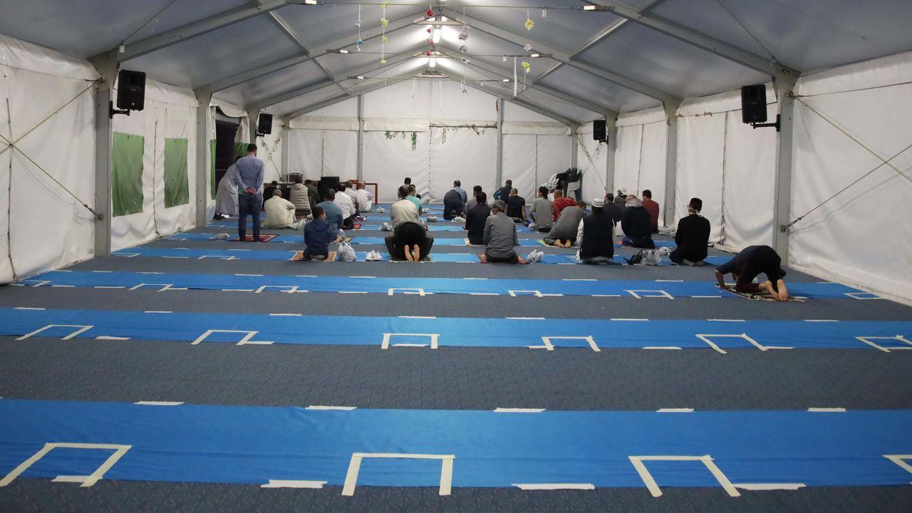 En una mezquita en Brescia, en Italia, han marcado en el suelo la distancia social