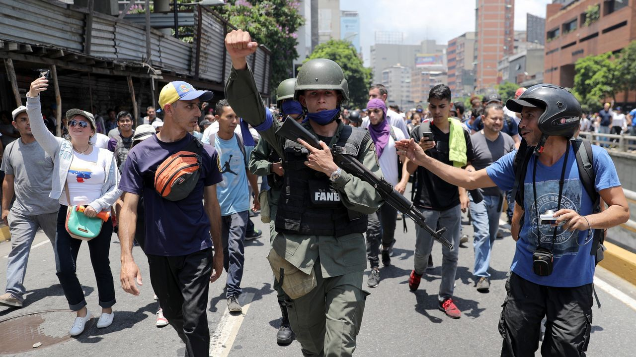 Así fue el momento en el que un tanque atropella a civiles en Venezuela.Nicolás Maduro