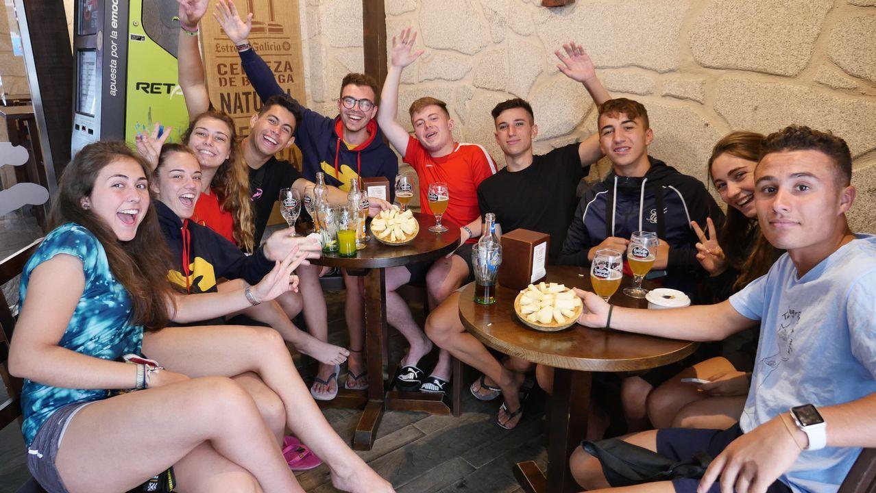 La pandilla de amigos canarios comiendo queso en Arzúa