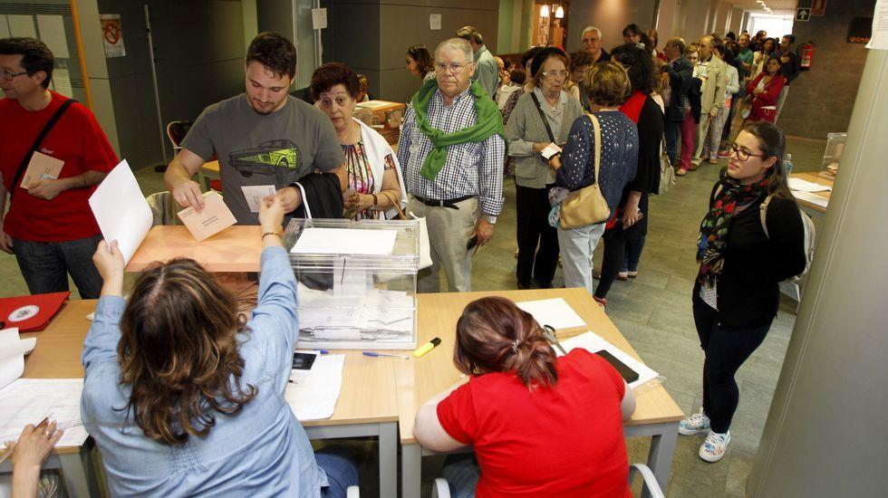 Cola de gente votando en el centro sociocultural del Ensanche de Santiago