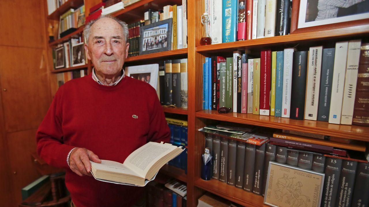Xosé Fortes, en su biblioteca