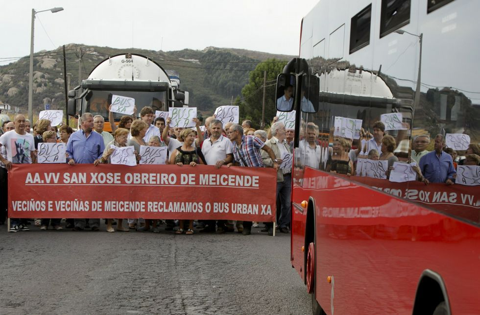 Los vecinos de Meicende, en febrero, en una de las protestas para exigir el autobús.