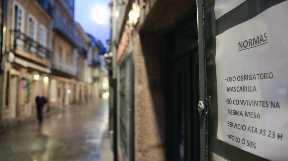 Aparecen nuevos restos arqueológicos en las obras de peatonalización de Quiroga Ballesteros.La zona de los vinos de Lugo, con todos los bares cerrados y prácticamente vacía la noche de este sábado