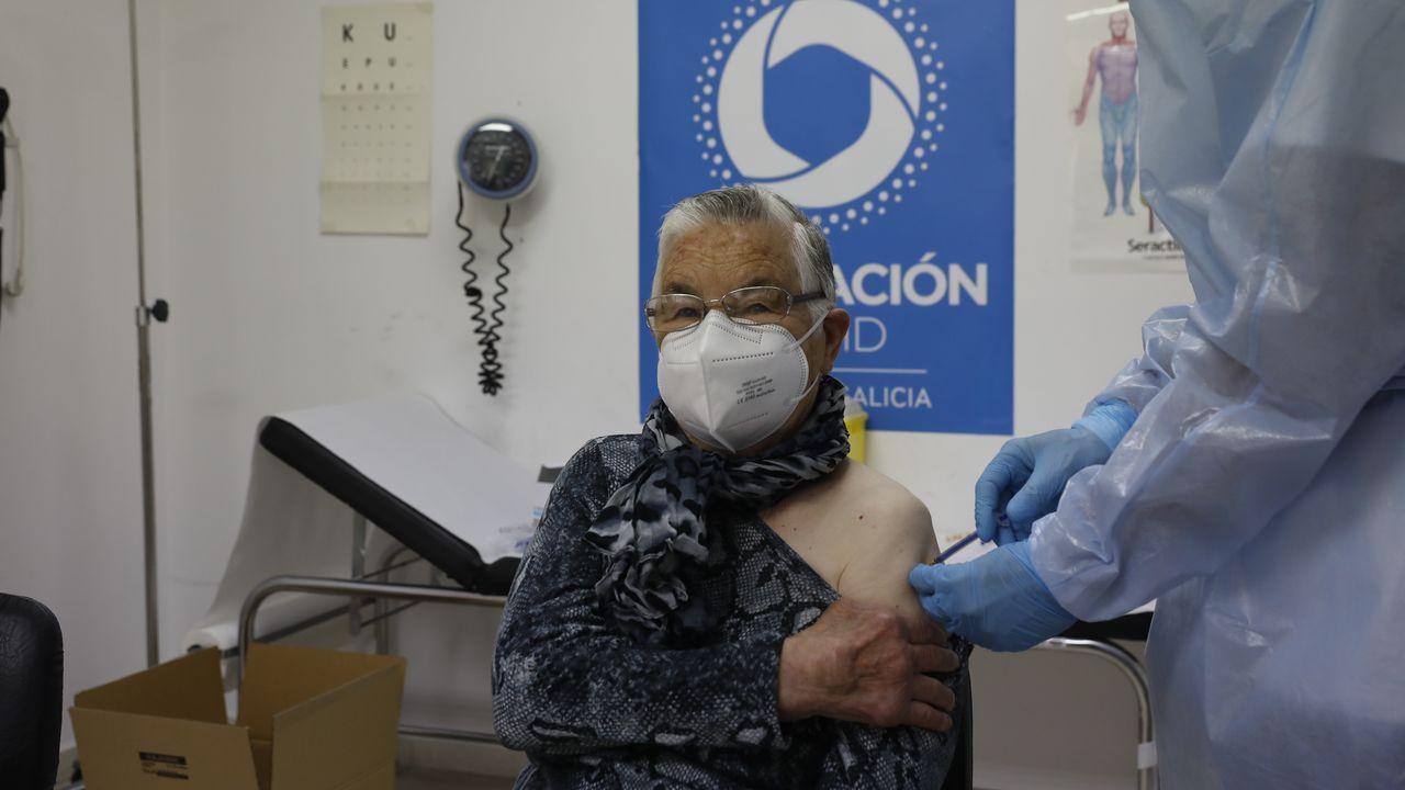 Lavacunación a domicilio en el rural de Ourense.A las puertas del hospital de O Barco se ha instalado un puesto de recepción para los que acuden a vacunarse