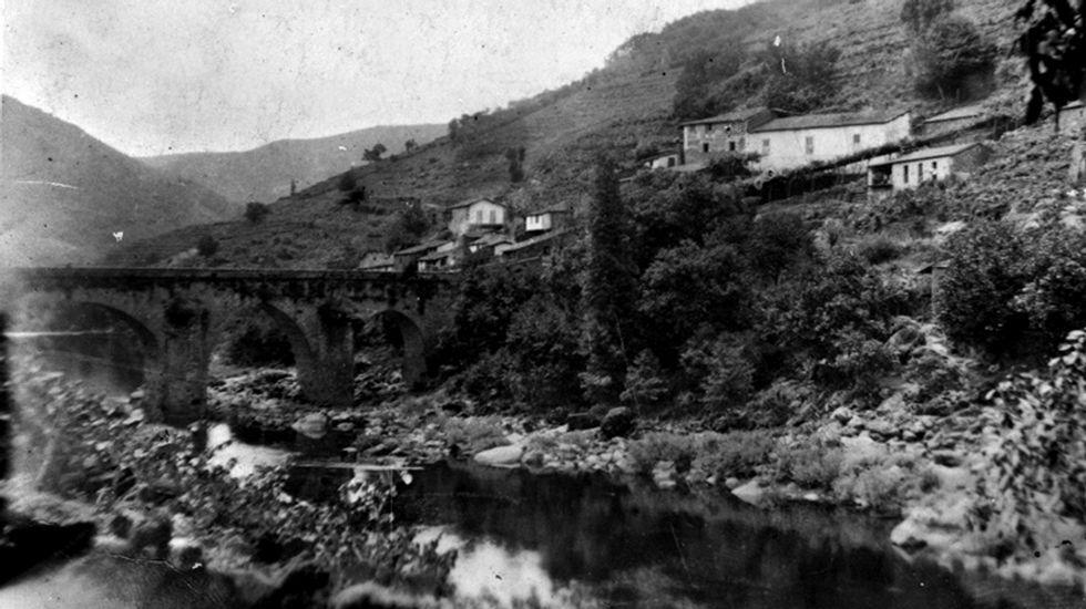 Augamil. A zona de Augamil na beira do Saviñao, foi o lugar que escolleu o fotógrafo para ver a vella ponte e a casa de Valladares e o curioso chopo ou ciprés que se ve ao pé do río