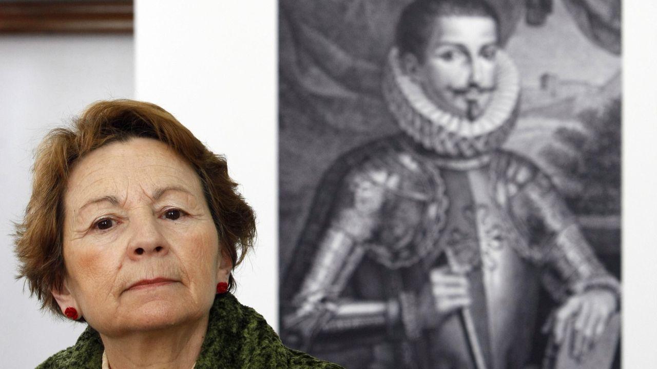 Manuela Sáez junto a un retrato del séptimo conde de Lemos, Pedro Fernández de Castro