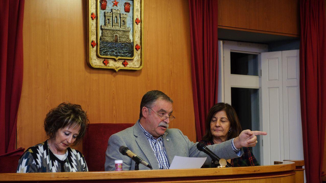 Las imágenesdel pleno de Oleiros en el que se debatió la compra de una parcela municipal por parte del alcalde.Inauguración de la feria Alfaroleiros, en Santa Cruz, Oleiros.