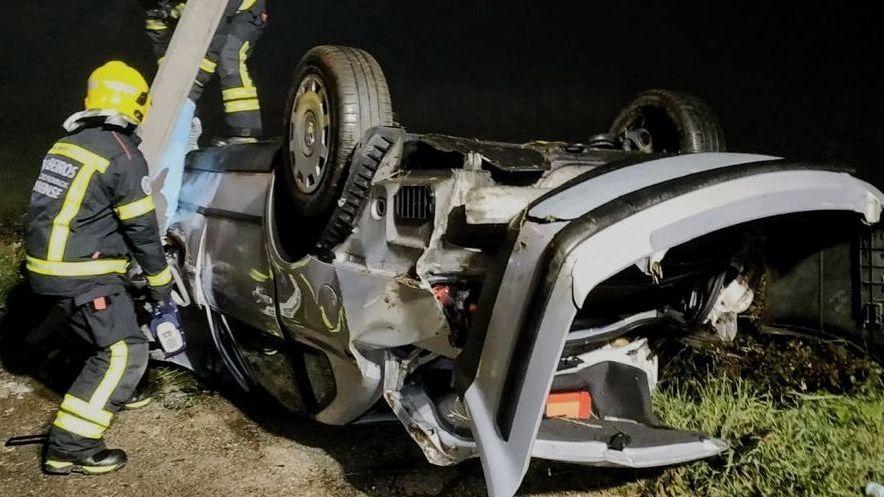 Fallece el conductor de un Passat que chocó contra un poste eléctrico en Verín