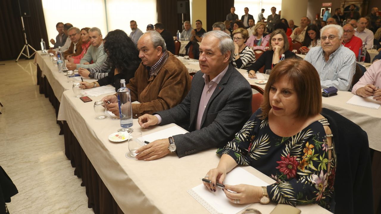 Tomé, entre Belén Prieto y Jose Luis Losada, durante la intervención de Gonzalo Caballero