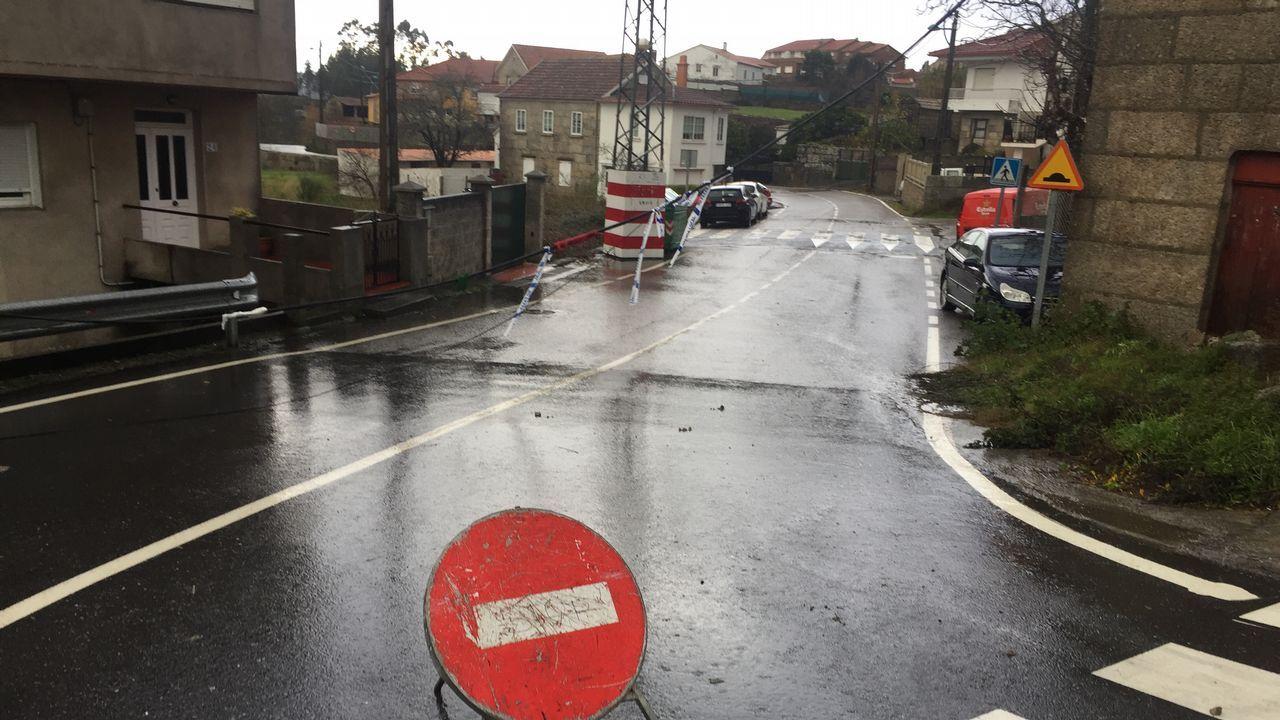 Bolsas de agua y ramas caídas dificultan el tránsito en varias carreteras de Marín