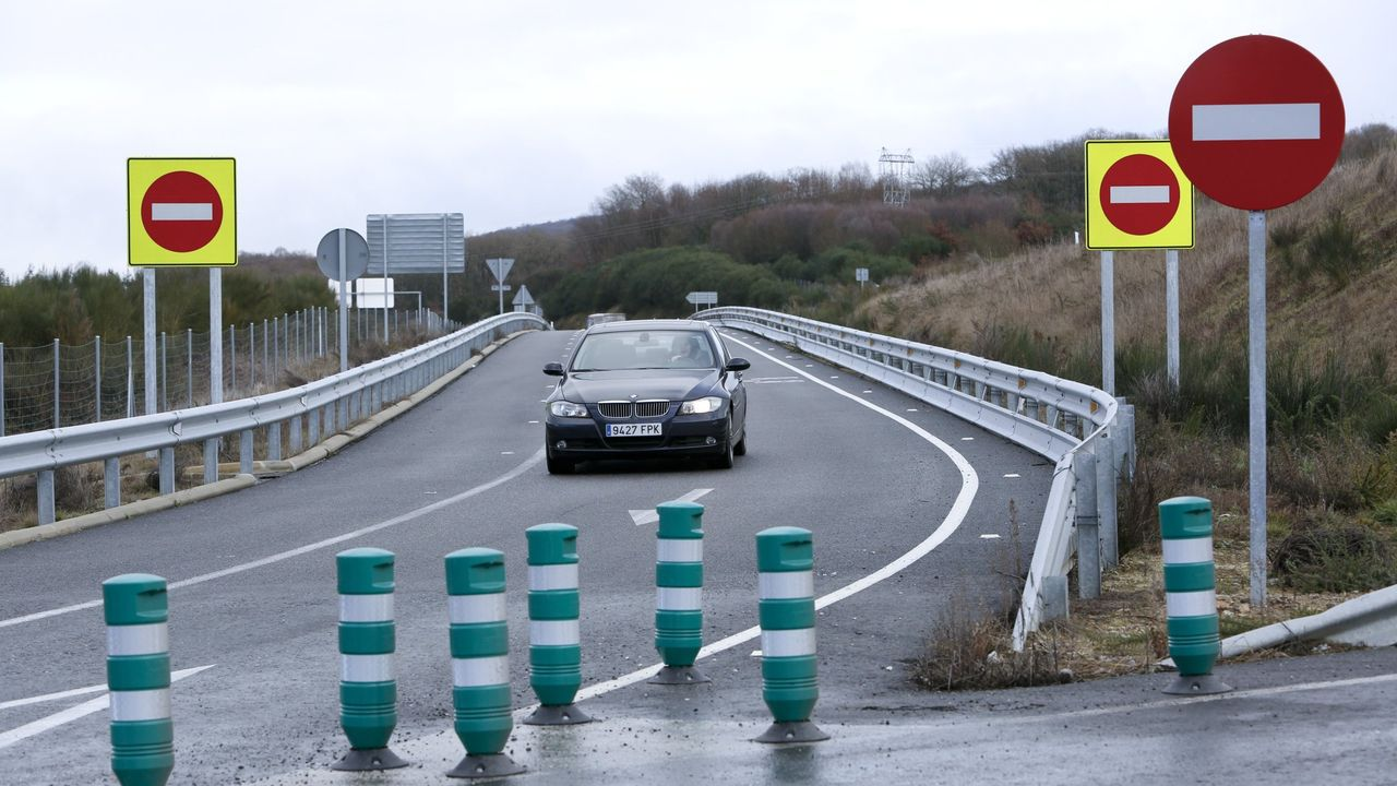 SEÑALES ESPECIALES PARA GALICIA. Todos los enlaces de las autovías gallegas fueron reforzados por Fomento y por la Xunta con señales de alta visibilidad y balizas, como este de la A-54