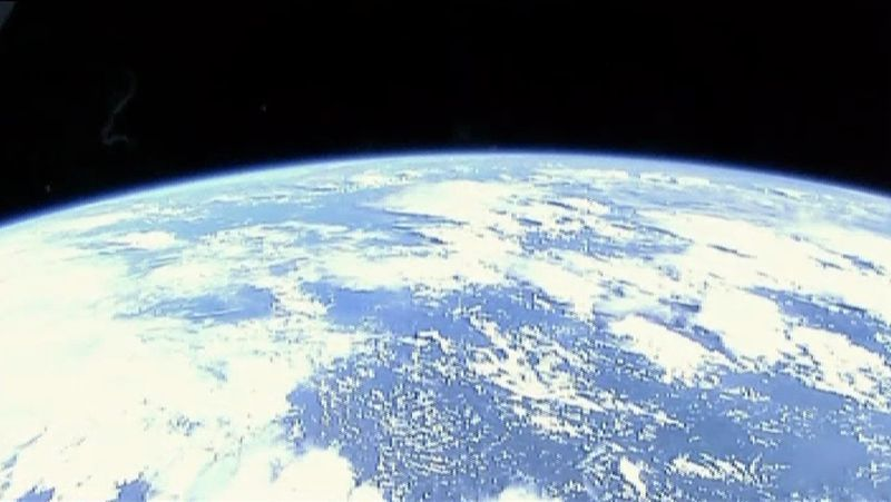 El planeta Tierra como nunca se había visto.Los alumnos de Rois posan con el astronauta italiano, que vistió la camiseta del equipo de robótica.