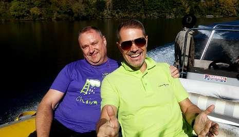 Schumacher y Pons, en uno de los recorridos en embarcaciones turísticas que hicieron durante su viaje