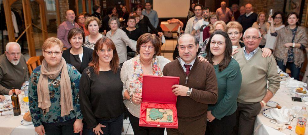 Carmen García recibió varios regalos de sus colegas y una placa que le entregó el alcalde.