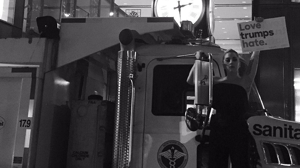 Tráiler oficial de «Trainspotting 2».Lady Gaga, en la foto que colgó protestando en la Trump Tower.