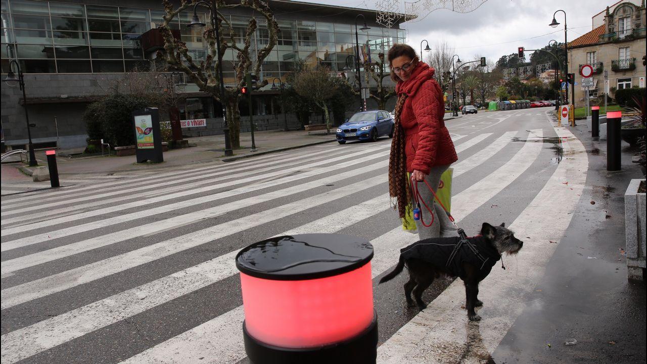 Semáforo y bolardos luminosos en el paso de peatones gigante de Cangas