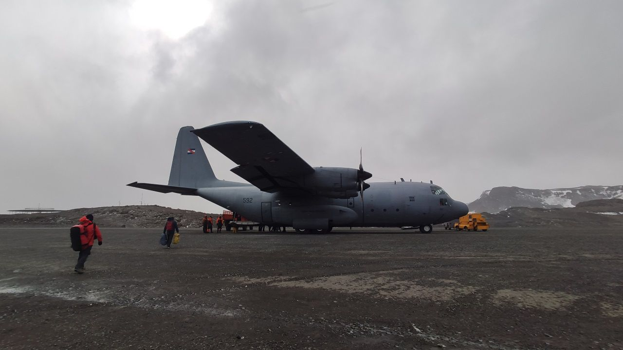 Salir de la Antártida, una operación de riesgo.El volcán Taal, expulsando cenizas y humo