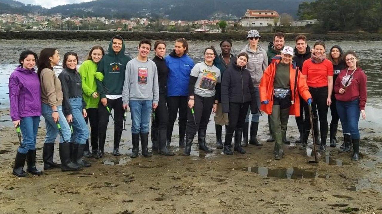adrian.Los jóvenes, algunos gallegos, pisaron por primera vez una playa para mariscar