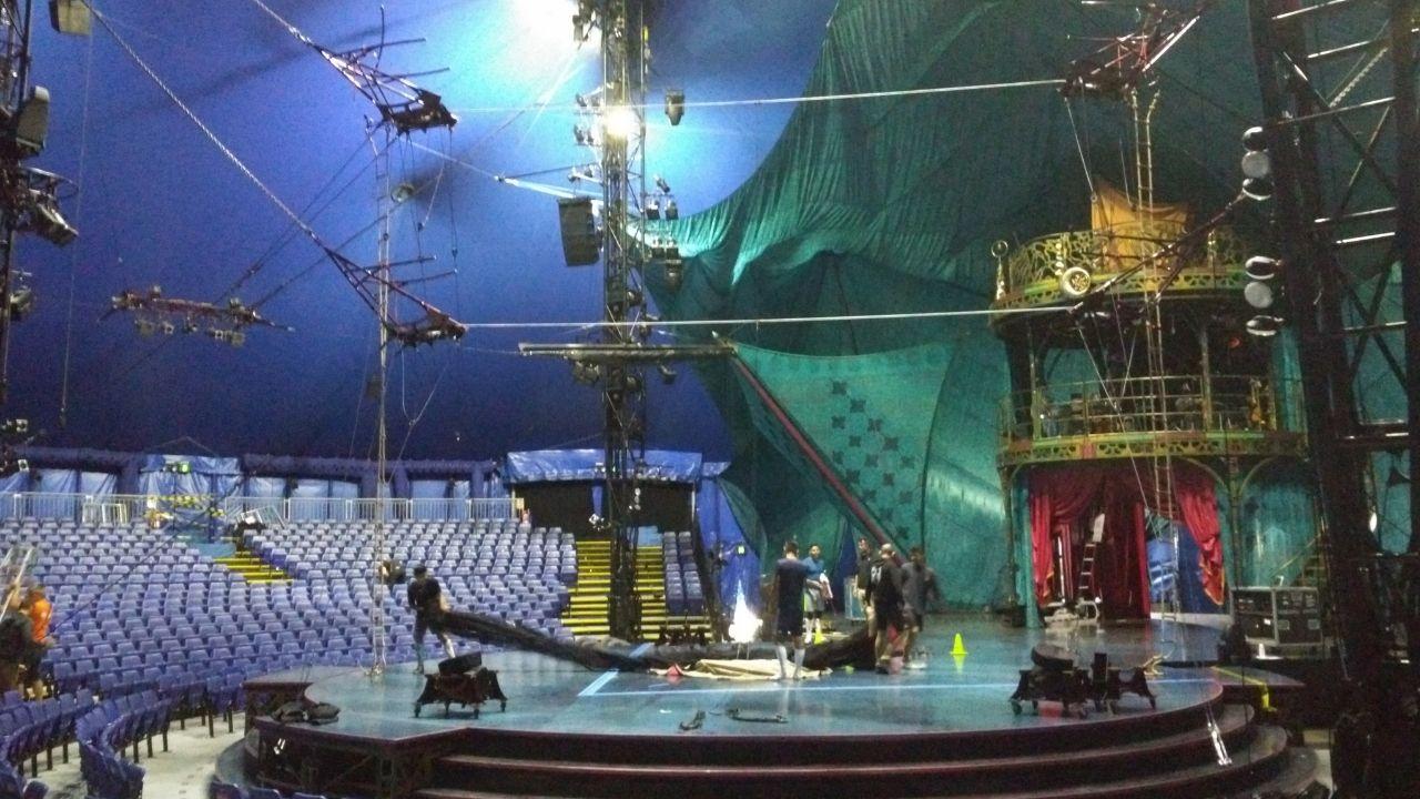 Kooza.Vista general del escenario de Kooza, bajo la gran carpa instalada en los muelles de la Osa