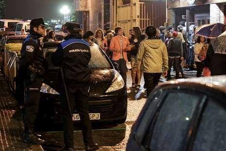 Dos agentes municipales en la calle Pasadizo del Orzán durante uno de los operativos de control de la movida nocturna.