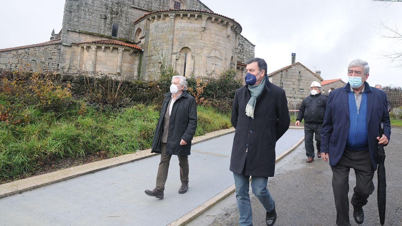 El conselleiro de Cultura, Román Rodríguez, visitó este sábado la iglesia lucense de San Pedro